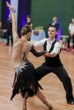 Το μη αναγνωρισμένο ζεύγος χορού εκτελεί το λατινοαμερικάνικο πρόγραμμα νεολαία-2 για το εθνικό πρωτάθλημα Στοκ εικόνα με δικαίωμα ελεύθερης χρήσης