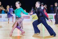 Το μη αναγνωρισμένο ζεύγος χορού εκτελεί το λατινοαμερικάνικο πρόγραμμα νεολαία-2 για το βαλτικό μεγάλο πρωτάθλημα prix-2106 WDSF Στοκ εικόνες με δικαίωμα ελεύθερης χρήσης