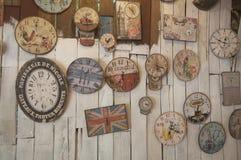 Το μη αναγνωρισμένο κατάστημα είναι διακοσμεί το εσωτερικό του καταστήματος με πολλά ρολόγια Στοκ Εικόνες