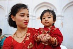 Το μη αναγνωρισμένο παιδί έντυσε ως Kumari Στοκ Εικόνες