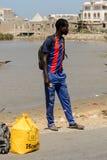 Το μη αναγνωρισμένο σενεγαλέζικο άτομο με το σακίδιο πλάτης περιμένει ένα arri ταξί στοκ εικόνα