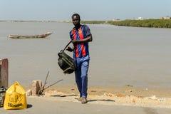 Το μη αναγνωρισμένο σενεγαλέζικο άτομο με το σακίδιο πλάτης περιμένει ένα arri ταξί στοκ φωτογραφίες με δικαίωμα ελεύθερης χρήσης