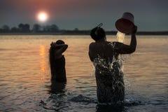 Το Μιανμάρ - λουτρό πρωινού μέσα στον ποταμό Irrawaddy στοκ εικόνες