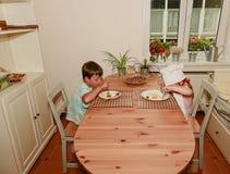Το μικρά αγόρι και το κορίτσι έχουν ένα πρόχειρο φαγητό Οι αμφιθαλείς τρώνε το ζαμπόν και τα αυγά Οικογένεια και έννοια παιδικής  στοκ εικόνα με δικαίωμα ελεύθερης χρήσης