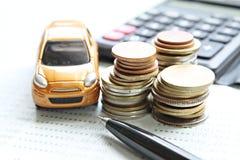 Το μικροσκοπικό πρότυπο αυτοκινήτων, νομίσματα συσσωρεύει, βιβλίο ή οικονομική κατάσταση απολογισμού υπολογιστών και αποταμίευσης Στοκ Εικόνα
