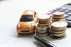 Το μικροσκοπικό πρότυπο αυτοκινήτων, νομίσματα συσσωρεύει, βιβλίο ή οικονομική κατάσταση απολογισμού υπολογιστών και αποταμίευσης Στοκ φωτογραφίες με δικαίωμα ελεύθερης χρήσης