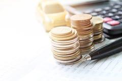 Το μικροσκοπικό πρότυπο αυτοκινήτων, νομίσματα συσσωρεύει, βιβλίο ή οικονομική κατάσταση απολογισμού υπολογιστών και αποταμίευσης Στοκ Φωτογραφίες
