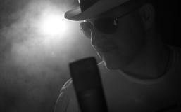 το μικρόφωνο ατόμων τραγουδά tophat Στοκ Εικόνες