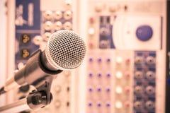 Το μικρόφωνο με το αναδρομικό ύφος εικόνων, κλείνει επάνω του μικροφώνου στη αίθουσα συναυλιών ή τη αίθουσα συνδιαλέξεων Στοκ Εικόνα