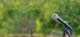 Το μικρόφωνο που αντιπροσωπεύουν τον ομιλητή στην υπαίθρια φυσική ρύθμιση για τη μουσική, η συναυλία και η περιβαλλοντική συνειδη στοκ φωτογραφία με δικαίωμα ελεύθερης χρήσης