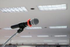 Το μικρόφωνο στενό σε επάνω στάσεων στη αίθουσα συνδιαλέξεων με το διάστημα αντιγράφων προσθέτει το κείμενο Στοκ Εικόνα