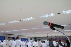 Το μικρόφωνο στενό σε επάνω στάσεων στη αίθουσα συνδιαλέξεων με το διάστημα αντιγράφων προσθέτει το κείμενο Στοκ Εικόνες