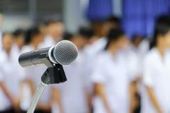 Το μικρόφωνο στενό σε επάνω στάσεων στη αίθουσα συνδιαλέξεων με το διάστημα αντιγράφων προσθέτει το κείμενο Στοκ εικόνες με δικαίωμα ελεύθερης χρήσης