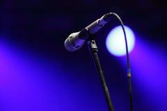 Το μικρόφωνο στη σκηνή πριν από τη συναυλία στοκ φωτογραφίες