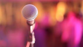Το μικρόφωνο στη στάση είναι στο στάδιο, το μικρόφωνο είναι στενό επάνω στα πλαίσια της αίθουσας φιλμ μικρού μήκους