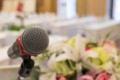 Το μικρόφωνο στον πίνακα στη αίθουσα συνδιαλέξεων Η σκηνή πίσω από τη θαμπάδα Στοκ εικόνες με δικαίωμα ελεύθερης χρήσης