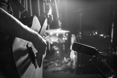 Το μικρόφωνο στούντιο καταγράφει μια ακουστική κινηματογράφηση σε πρώτο πλάνο κιθάρων _ στοκ εικόνες