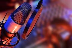 Το μικρόφωνο στούντιο με τα ακουστικά ζει παραγωγή Στοκ Εικόνα