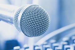 Το μικρόφωνο στο ηχητικό σύστημα θαλάμου ελέγχου Στοκ Εικόνα