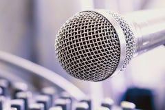 Το μικρόφωνο στο ηχητικό σύστημα θαλάμου ελέγχου Στοκ φωτογραφία με δικαίωμα ελεύθερης χρήσης