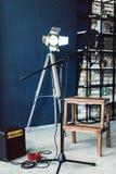 Το μικρόφωνο συμπυκνωτών στούντιο με το λαϊκό φίλτρο και αντιδονητικός τοποθετεί τη ζωντανή καταγραφή Μπλε τοίχος, ομιλητής και δ στοκ εικόνα με δικαίωμα ελεύθερης χρήσης