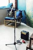Το μικρόφωνο συμπυκνωτών στούντιο με το λαϊκό φίλτρο και αντιδονητικός τοποθετεί τη ζωντανή καταγραφή Μπλε τοίχος, ομιλητής και g στοκ εικόνες