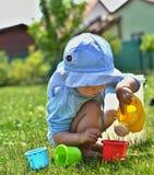 Το μικρό αγόρι παίζει στον κήπο στοκ εικόνες