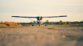 Το μικρό αεροπλάνο με τις μηχανές προωστήρων πηγαίνει σε έναν διάδρομο 4K απόθεμα βίντεο