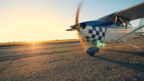 Το μικρό αεροπλάνο που βγάζει ένα έδαφος, κλείνει επάνω φιλμ μικρού μήκους
