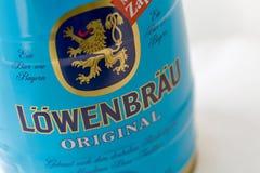 Το μικρό βαρέλι Lowenbrau της μπύρας μπορεί κινηματογράφηση σε πρώτο πλάνο ενάντια στο λευκό Στοκ φωτογραφία με δικαίωμα ελεύθερης χρήσης