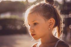 Το μικρό ευτυχές κορίτσι απολαμβάνει την καυτή θερινή ημέρα Παιδί ομορφιάς που απολαμβάνει υπαίθρια τη φύση στοκ εικόνα με δικαίωμα ελεύθερης χρήσης