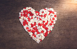 Το μικρό καρδιά-διαμορφωμένο έγγραφο τακτοποίησε μια μεγάλη καρδιά Στοκ Φωτογραφία