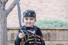 Το μικρό κορίτσι έντυσε ως πειρατής σε αποκριές Στοκ Εικόνες