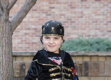 Το μικρό κορίτσι έντυσε ως πειρατής σε αποκριές Στοκ Φωτογραφίες