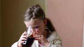 Το μικρό κορίτσι έχει ένα πρόχειρο φαγητό Το χαριτωμένο μικρό κορίτσι τρώει την κρέμα σοκολάτας που διαδίδεται στο ρόλο οικογενει απόθεμα βίντεο