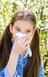Το μικρό κορίτσι έχει την αλλεργία για να αναπηδήσει την άνθηση και το φύσηγμα αριθ. της Στοκ Φωτογραφίες