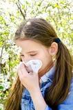 Το μικρό κορίτσι έχει την αλλεργία για να αναπηδήσει την άνθηση και το φύσηγμα αριθ. της Στοκ Εικόνα