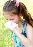 Το μικρό κορίτσι έχει την αλλεργία για να αναπηδήσει την άνθηση και το φύσηγμα αριθ. της Στοκ Εικόνες