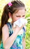 Το μικρό κορίτσι έχει την αλλεργία για να αναπηδήσει την άνθηση και το φύσηγμα αριθ. της Στοκ φωτογραφία με δικαίωμα ελεύθερης χρήσης
