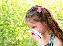 Το μικρό κορίτσι έχει την αλλεργία για να αναπηδήσει την άνθηση και το φύσηγμα αριθ. της Στοκ εικόνες με δικαίωμα ελεύθερης χρήσης