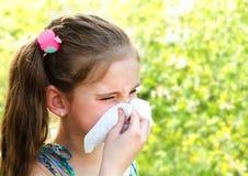 Το μικρό κορίτσι έχει την αλλεργία για να αναπηδήσει την άνθηση και το φύσηγμα αριθ. της Στοκ Φωτογραφία