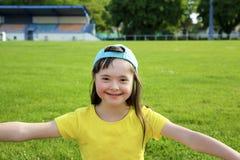 Το μικρό κορίτσι έχει τη διασκέδαση στο στάδιο Στοκ Φωτογραφίες