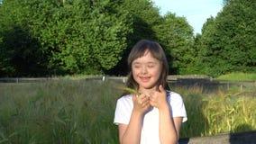Το μικρό κορίτσι έχει τη διασκέδαση φιλμ μικρού μήκους