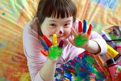 Το μικρό κορίτσι έχει τη διασκέδαση Στοκ φωτογραφία με δικαίωμα ελεύθερης χρήσης