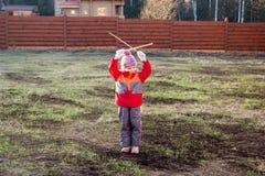 Το μικρό κορίτσι δίνει τα σήματα με τα ξύλινα ραβδιά Στοκ Φωτογραφία