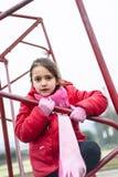 Το μικρό κορίτσι αναρριχείται στο πλαίσιο σιδήρου ενός καλαθιού για το παιχνίδι καλαθοσφαίρισης Στοκ εικόνες με δικαίωμα ελεύθερης χρήσης