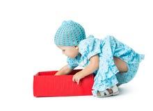 Το μικρό κορίτσι ανοίγει ένα δώρο στοκ εικόνες