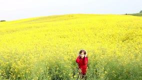 Το μικρό κορίτσι απολαμβάνει στη μουσική στον κίτρινο τομέα απόθεμα βίντεο