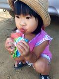 Το μικρό κορίτσι απολαμβάνει το παγωτό της Στοκ Εικόνα