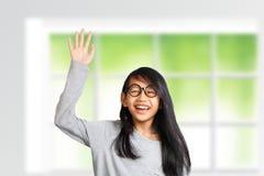 Το μικρό κορίτσι αυξάνει το χέρι της επάνω Στοκ φωτογραφία με δικαίωμα ελεύθερης χρήσης